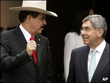 Manuel Zelaya (left) and Costa Rican President Oscar Arias, 9 July, 2009
