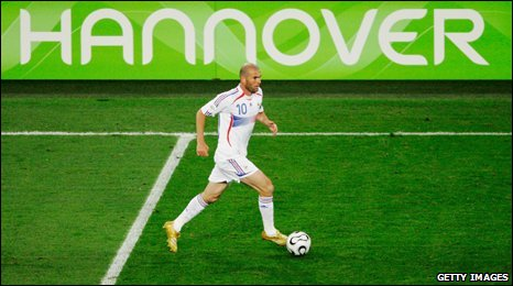 Zinedine Zidane dribbles past Hannover sign