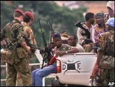 Kamajor militia fighters and Paratroopers from the British Army