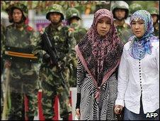 Ethnic Uighur women and Chinese troops in Urumqi (14.7.09)