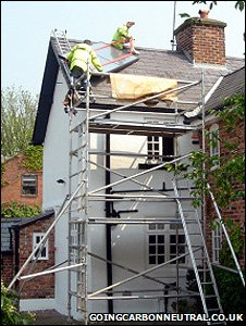 A house being fitted with solar panels (Image: Going Carbon Neutral blog)