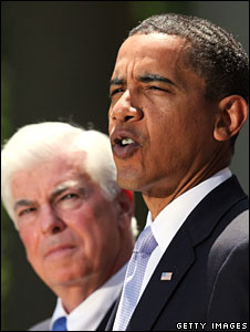 Barack Obama, flanked by Senate health committee acting chairman Chris Dodd