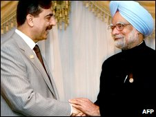 Indian Prime Minister Manmohan Singh (r) shakes hands with Pakistani Prime Minister Yousaf Raza Gilani