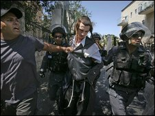 An ultra-orthodox Jewish man is led away by police in Jerusalem (16 July 2009)