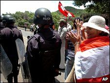 Supporters of ousted Honduran President Manuel Zelaya at a roadblock in Tegucigalpa (17 July 2009)