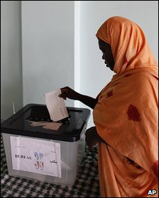 Woman casts her vote in Nouakchott