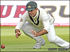 Ricky Ponting fumbles a dropped catch off Peter Siddle