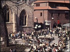 Crowds waiting to enter the Jorvik Viking Centre in 1984