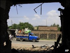 "Pakistani displaced families return to Mingora, capital of Pakistan""s troubled Swat Valley, Monday, July 20, 2009"