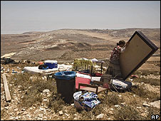 Settlers after structure at Adei Ad is demolished (20.07.09)
