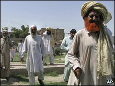 """Elders from Pakistan""""s Jani Khail tribes arrive to attend a meeting to discuss the situation of the area, Sunday, June 28, 2009 in Bannu, Pakistan"""