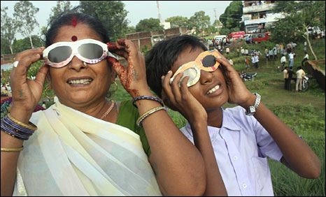 Mother and son watching the eclipse in Taregna
