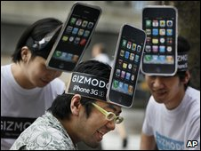 Japanese iPhone fans (AP)