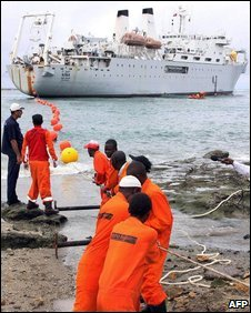 Mombasa workers haul in an undersea cable, June 09