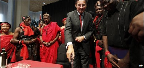 Dutch Foreign Minister Maxime Verhagen and Ghanaian tribal leaders, 23/07