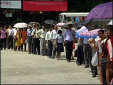 People waiting for transport in Calcutta on 24 July 2009