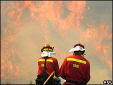 Firefighters tackle blaze in La Zoma, Spain