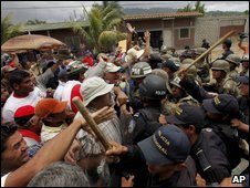 Supporters of President Zelaya clash with Honduran police officers in Paraiso