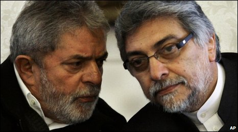 Brazilian President Lula (L) and Paraguay President Lugo
