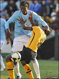 Emmanuel Adebayor (left) and Kaizer Chiefs' Thomas Sweswe