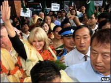 Joanna Lumley surrounded by Nepalis