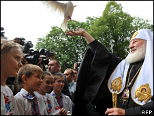 Patriarch Kirill releases a dove at Kiev airport (27 July 2009)