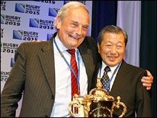 England's Martyn Thomas (L) and Japan's Noboru Mashimo (R)