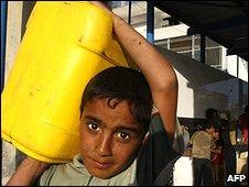 Boy carrying water, Khan Younis, Gaza (09.06.09)