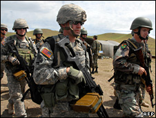 US and Georgian troops take part in a Nato exercise in Georgia (25 May 2009)