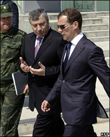 South Ossetian leader Eduard Kokoity (centre) and Russian President Dmitry Medvedev in Tskhinvali