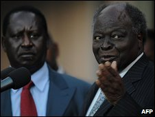 Kenayn Prime Minister Raila Odinga (r) and President Mwai Kibaki (l) in Nairobi, 30 July 2009