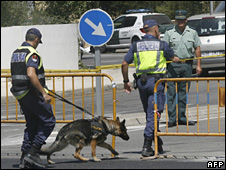 Police sniffer dog near the bomb site in Palmanova (30 July 2009)