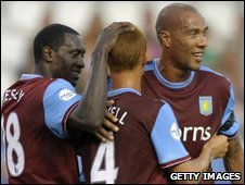 Emile Heskey (l), Steve Sidwell (c) and John crew celebrate