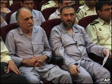 Former vice president Mohammad Ali Abtahi (r) with other defendants at trial