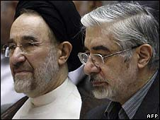 Mir Hossein Mousavi (r) and Mohammad Khatami at memorial service, 31/7/09