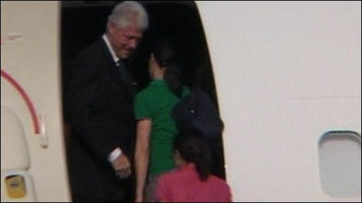 Bill Clinton boards a plane in North Korea with Laura Ling and Euna Lee
