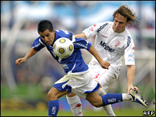 Players from the Argentine football clubs Velez Sarsfield and Huracan clash during the last days of the country's 2008-09 football season, 5 July 2009