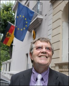 Daniel Rouxel outside  the German consulate in Paris, 5 August 2009