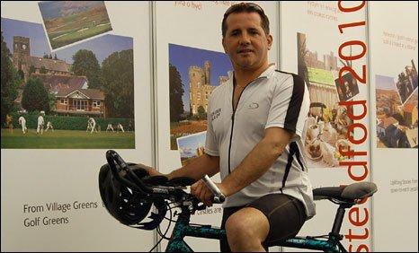 Jason Owen a'i feic yn Stondin Eisteddfod 2010