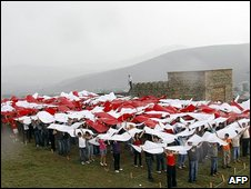 Georgians assemble a national flag above their heads in Gori, 7 August 2009