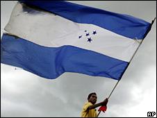 Supporter of Manuel Zelaya waves a Honduran flag at a rally in Tegucigalpa (6 August 2009)