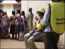 Sri Lankans queue to vote in Vavuniya, 8 August 2009