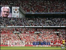 Chelsea and Manchester United players and fans stage a minute's applause for Sir Bobby Robson before the Community Shield match