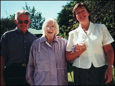 Marjorie Eyton-Jones (centre)