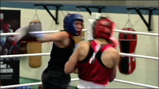 Women boxing