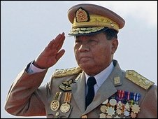 Gen Than Shwe salutes during Armed Forces Day - 27 March 2006