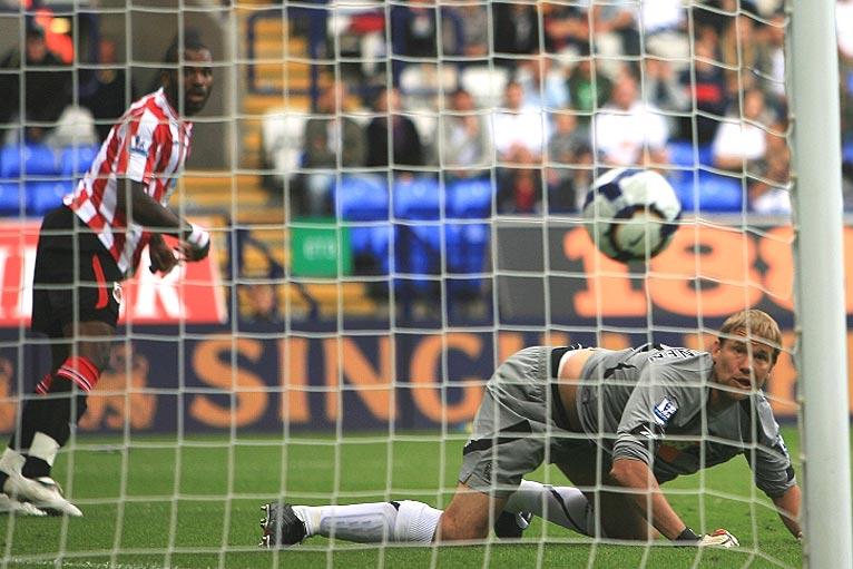 Bolton's Jussi Jaaskelainen is beaten by Darren Bent of Sunderland