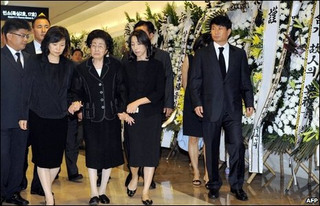 Lee Hee-Ho (3rd L), wife of the late former President Kim Dae-jung, walks with relatives to the memorial room for Kim at the Severance Hospital in Seoul.