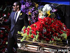 Usher performs beside Michael Jackson's coffin