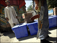 Soldiers guard ballot boxes in Kabul (18 August 2009)